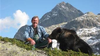 «Bärenvater» Dieter Kraml am Julierpass auf 2750 Meter Höhe mit einer seiner «Film-Bärinnen».