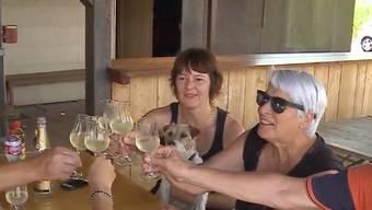 Erleichtert: Elisabeth Gautschi feiert mit Daniela Surmund und Hund Nell.