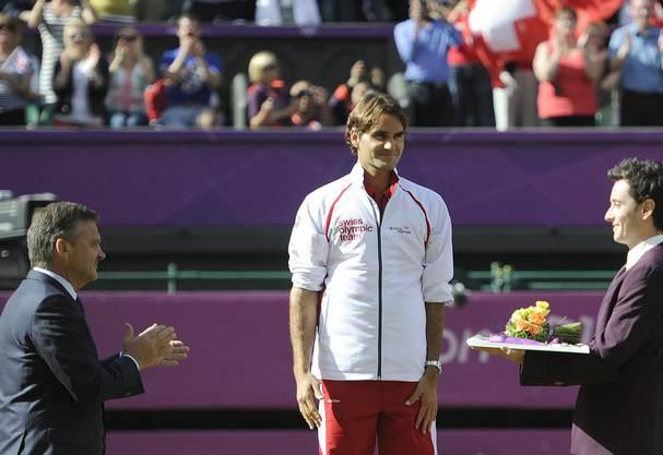 Die signierte Trainingsjagge die Roger Federer während der Medaillenübergabe getragen hatte, wird ebenfalls versteigert. Auch hier wird ein hoher Betrag erwartet.