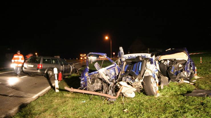 6. April 2006: Merenschwand im Dorfteil Unterrüti. 23-jähriger Raser prallt mit seinem Fahrzeug in ein zweites Auto. Zwei Tote, drei Schwerverletzte.(Bild: Frischknecht)