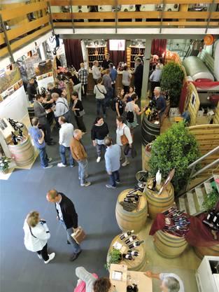 Die regionalen Weinbaubetriebe präsentieren ihre Produkte.