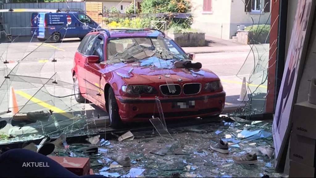 Drive-In-Sportgeschäft: Auto fährt in Schaufenster