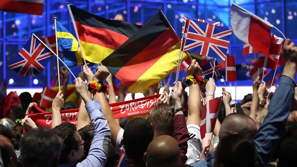 ARCHIV - Fans schwenken Nationalflaggen vor Beginn des großen Finales des 59. Eurovision Song Contest (ESC)in Kopenhangen. Dieses Jahr findet er in Rotterdam statt. Foto: Jörg Carstensen/dpa