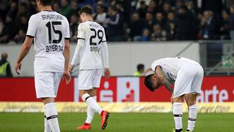 Enttäuschte Leverkusener nach einem der Gegentore in Sinsheim