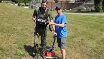 Juniorprofessor Till Sonnemann und Student Andreas Kreklau vermessen verschiedene Flächen auf dem Gebiet von Augusta Raurica mit dem Georadargerät. mf