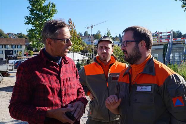 Bauchef Joe Huwiler (links) im Gespräch mit dem Zivilschutz-Bautrupp.
