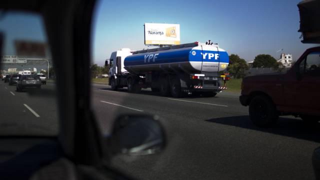 Ein Lastwagen der Repsol-Tochter YPF in Buenos Aires (Archiv)