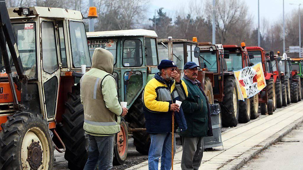 Bauern blockieren mit ihren Traktoren eine Strasse im Norden Griechenlands.