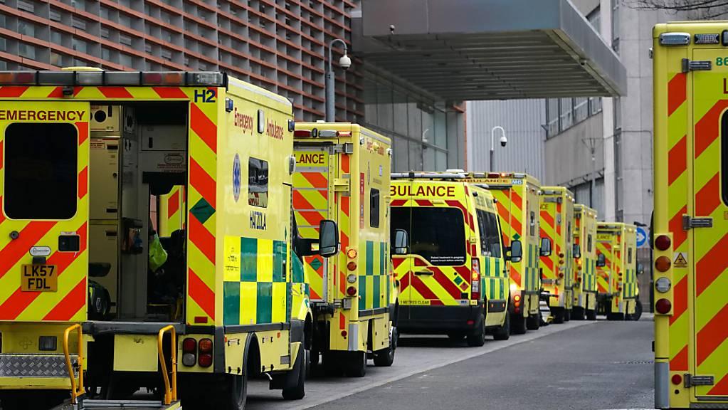 Krankenwagen parken in der Strasse des Royal London Hospital.