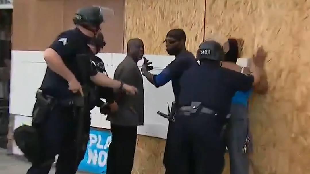 Schwarze rufen Polizei zu Hilfe und werden verhaftet