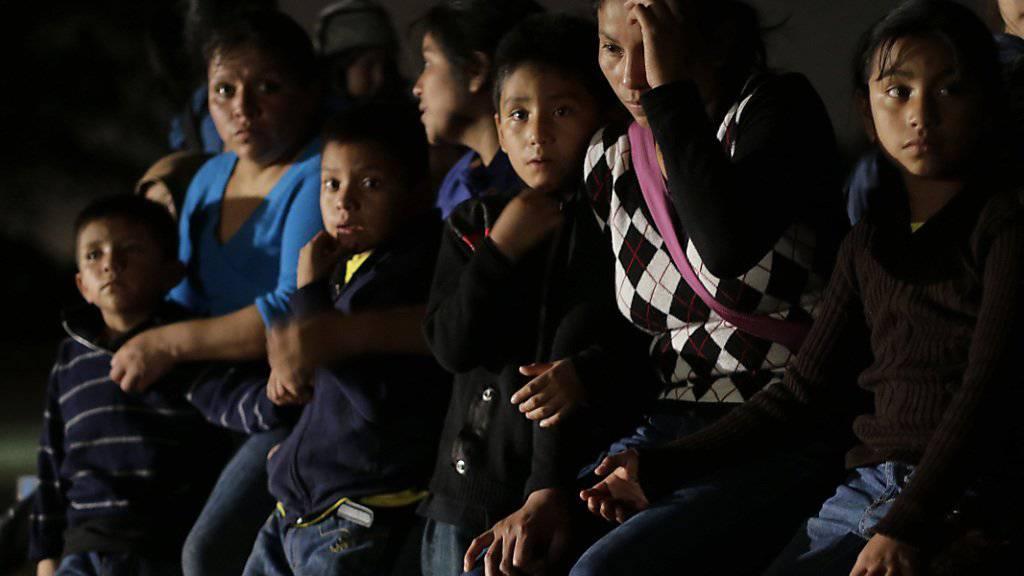 Flüchtlinge aus Honduras und El Salvador nach ihrer Festnahme in Texas: Die Zahl der minderjährigen Immigranten an der US-Grenze hat zugenommen. (Archivbild)