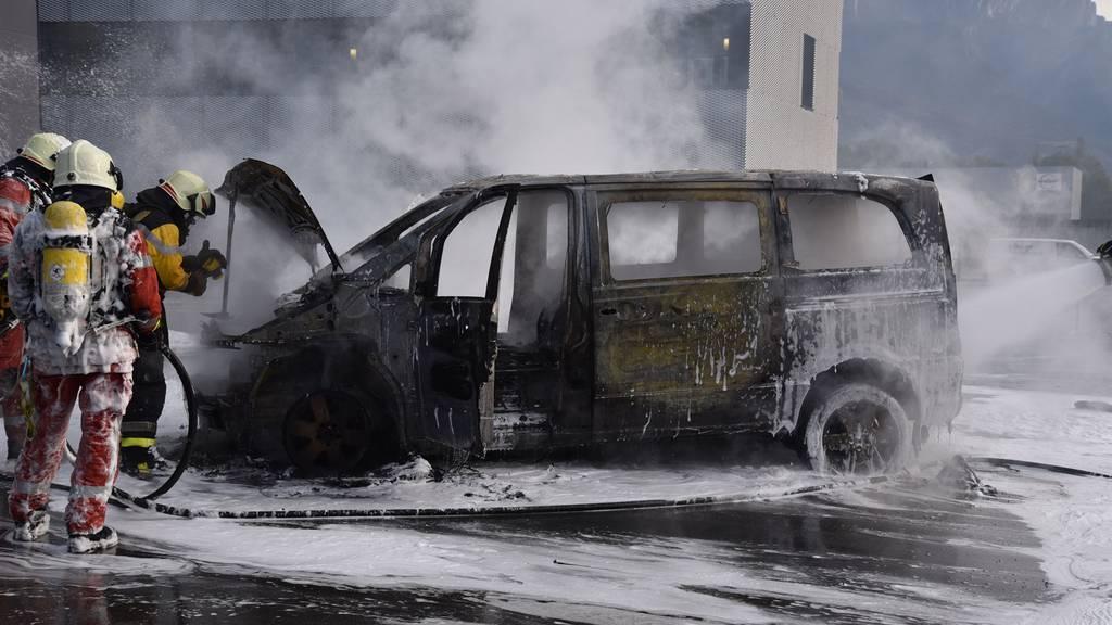 Weshalb das Auto feuer gefangen hat, ist noch nicht bekannt.