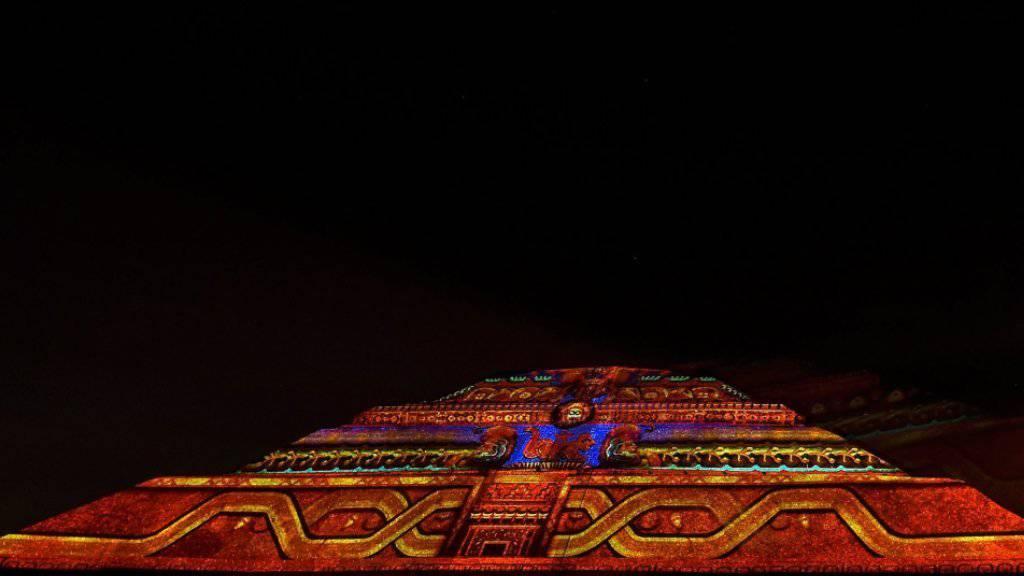 Nächtliches Licht-Schauspiel auf der Sonnenpyramide von Teotihuacán