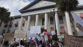 Eine Woche nach dem Massaker an einer Schule in Florida mit 17 Toten haben Tausende Schüler in für eine Verschärfung des US-Waffenrechts demonstriert.
