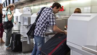 Swiss- und Edelweiss-Kunden müssen künftig am Flughafen Zürich nicht mehr zwingend mit dem Gepäck an den Check-in-Schalter. Sie können ihre Reisekoffer zuhause abholen und direkt einchecken lassen. (Symbolbild)
