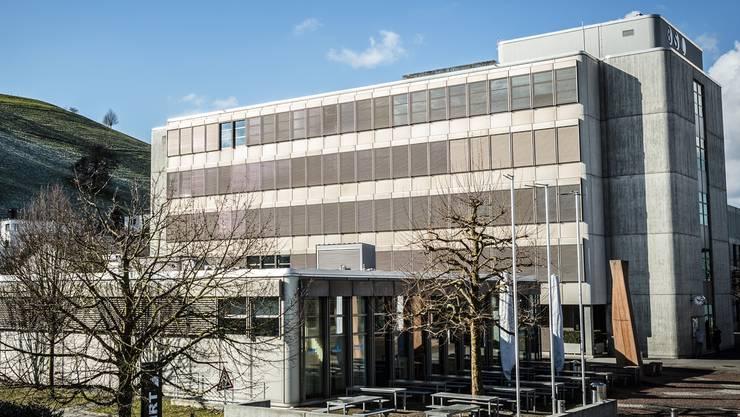 Die Berufsschule Lenzburg (hier der Haupttrakt) konnte die Werkstatt-Räume der Zimmerleute bereits neu vermieten.