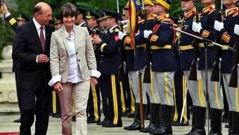 Traian Basescu und Micheline Calmy-Rey vor militärischer Kulisse in Bukarest