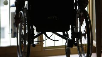 Frau im Rollstuhl auf Zebrastreifen angefahren (Symbolbild)