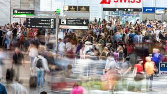 Je mehr Passagiere, um so höher das Gedrängel am Flughafen Zürich.