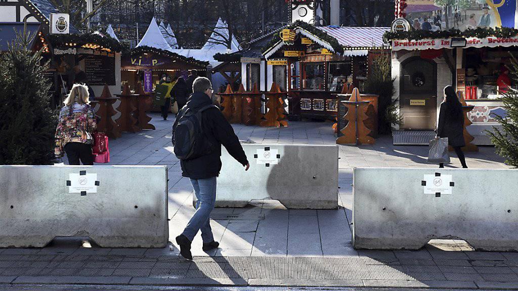 Der Weihnachtsmarkt auf dem Berlin Breitscheidplatz, ein Jahr nach dem Anschlag. Neu sind die Betonteile, die eine Durchfahrt mit einem Fahrzeug verhindern
