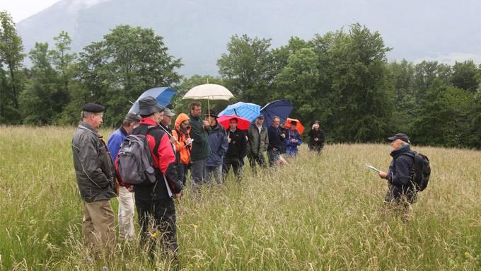 Weiss enorm viel über Flora und Fauna auf Juraweiden - und gibt sein Wissen gerne weiter: Kuno Fluri (rechts im Bild). Hier spricht er vor Gästen aus Kanton und Bund auf dem Oberberg.