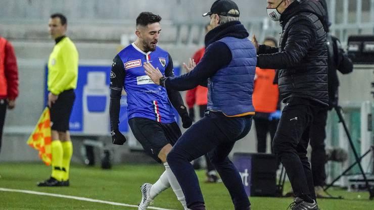 Petar Misic feiert die Entscheidung mit seinem Trainer.