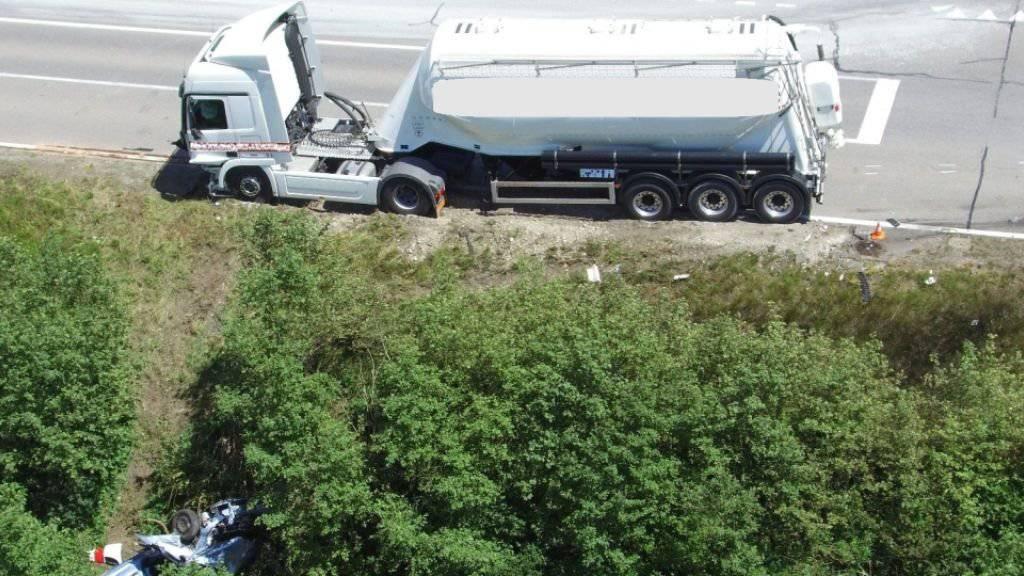 Das Auto wurde vom Sattelschlepper von der Strasse katapultiert.