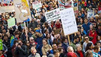 Zu Tausenden auf der Strasse, doch nur wenige an der Urne: Eine neue Studie zeigt, dass die Politikverdrossenheit vieler Jugendlicher noch immer gross ist.