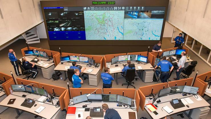 Zur Optimierung der Arbeitsabläufe sind Polizei, Sanität und Feuerwehr in der Kantonalen Notrufzentrale (KNZ) in Aarau zusammengeführt worden. So sollen Bürger bei Notfällen besser versorgt werden können.