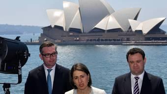 Die Regierungschefin von New South Wales, Gladys Berejiklian, verkündet vor dem Opernhaus in Sydney die Lockerung der Alkohol-Ausschank-Regeln in der australischen Metropole.