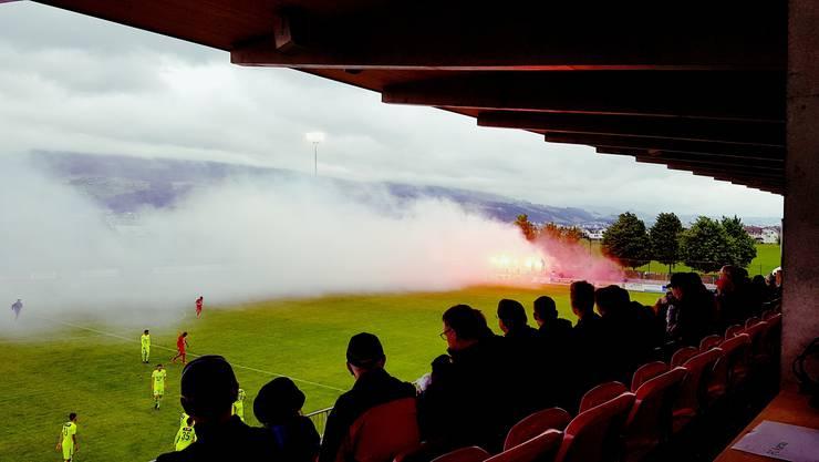 Teure Rauchzeichen aus dem FCA-Fanblock in Rapperswil-Jona