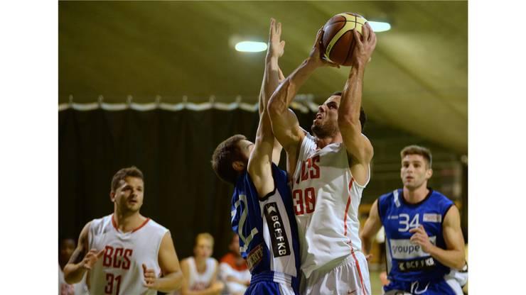 Solothurns Spielertrainer Nicolas Kofmel brillierte auch gegen die Stars von Fribourg Olympic.