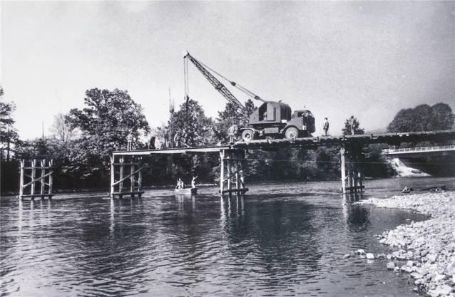 Aufbau einer sogenannten DIN-Brücke durch Genietruppen.