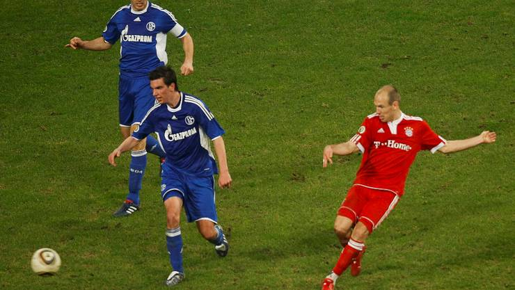 Arjen Robben (R) of Bayern Munich scores the winning goal against Schalke 04 during their German soccer cup, DFB-Pokal, semi-final match in Gelsenkirchen, March 24, 2010.     REUTERS/Wolfgang Rattay (GERMANY)