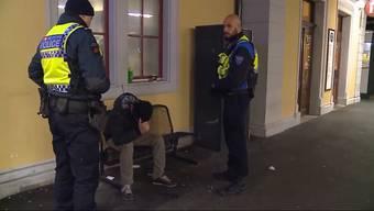 Die Patrouille der Transportpolizei ist die ganze Nacht im Einsatz. In den Zügen und an den Bahnhöfen zeigen sie Präsenz.