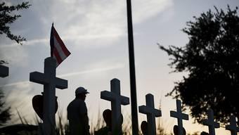 """Kreuze an einem Weg in Orlando zur Erinnerung an die im Nachtclub """"Pulse"""" getöteten Personen"""