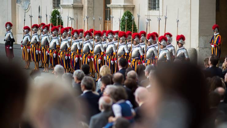 23 neue Schweizer Gardisten warten am Freitag, 6. Mai 2016, im Damasushof des Apostolischen Palastes im Vatikan auf ihre Vereidigung.