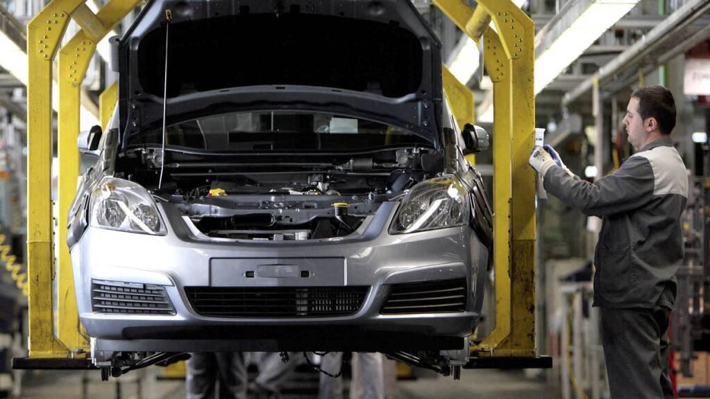 Ein Opel-Mitarbeiter kontrolliert im Opel-Werk in Bochum einen unfertigen Opel. (Archivbild)
