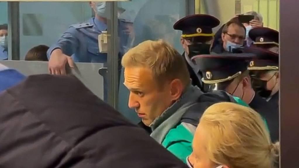 dpatopbilder - Das Videostandbild zeigt den russischen Oppositionsführer Alexej Nawalny (M), der neben seiner Ehefrau Julia steht. Foto: ---/Sputnik/dpa