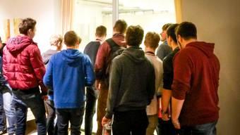 Rekrutierungsgespräch der Schweizer Armee in Windisch: Viele junge Männer melden sich zum ersten Armeetag.