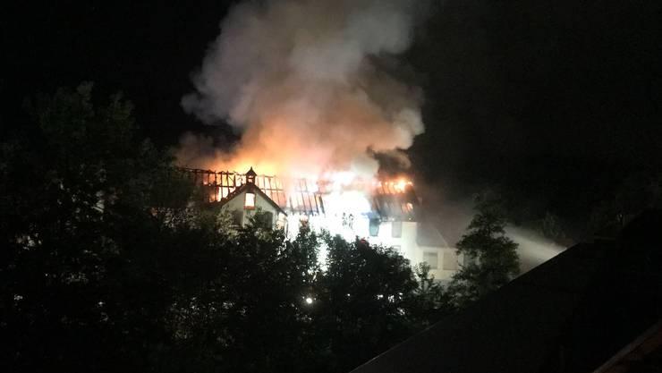 Das Fabrikgebäude brennt in der pechschwarzen Nacht lichterloh.