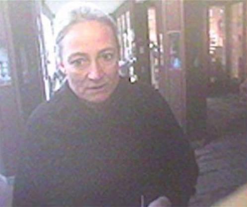 Später taucht auch dieses Bild einer Überwachungskamera auf: Carla Schauer hebt knapp 20 Minuten nach dem Bancomat-Bezug weiteres Geld an einem Bankschalter in Wildegg ab. Es sind zirka 9000 Franken.