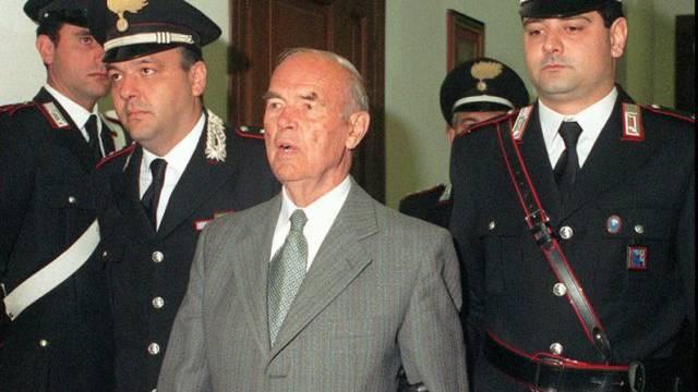 Erich Priebke (m.) betritt 1996 ein Gericht in Rom (Archiv)
