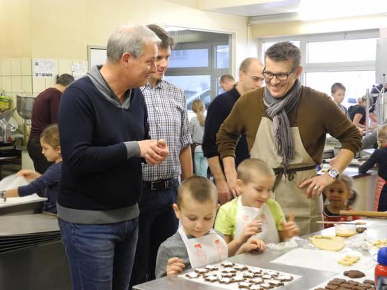 Pfarrer Vincent Chaignat (links) freut sich u¦êber den Erfolg des Anlasses