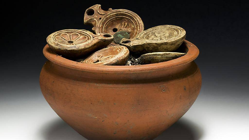Der in Windisch AG ausgegrabene römische Kochtopf mit 22 Öllampen lässt die Herzen der Archäologen höher schlagen.