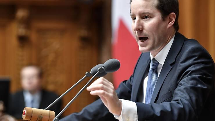 SVP-Nationalrat Thomas Aeschi (ZG) wehrte sich im Nationalrat gegen Kredite für Bundesasylzentren. Der Rat stimmten diesen aber zu. (Archivbild)