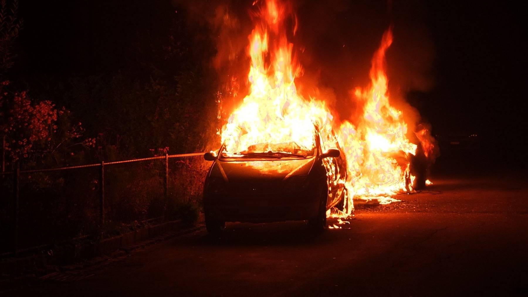 Das Feuer entfachte sich im Motorenraum eines Autos.
