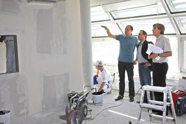 Architekt Peter Moor mit Thomas Denzel (Geschäftsführer Radio 32) und Theodor Eckert (az Solothurner Zeitung) (v.l.) vor einem der neuen Radiostudios im Medienhaus Solothurn der AZ-Mediengruppe.
