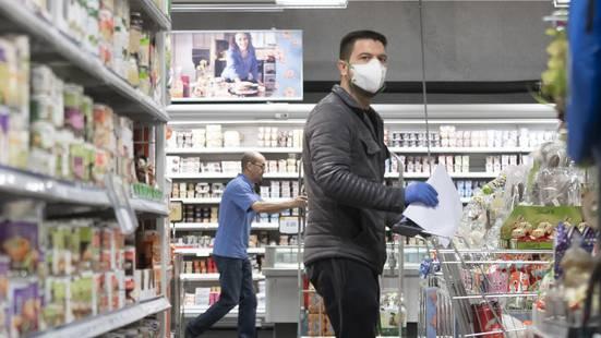 Im Kampf gegen die Coronavirus-Pandemie müssen die Menschen in Österreich künftig eine Schutzmaske beim Einkaufen tragen. Das teilte Bundeskanzler Sebastian Kurz am Montag in Wien mit.