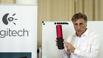 Logitech-Chef Bracken Darrell präsentiert eines seiner Produkte: Vor allem mit Lautsprechern und im Videobereich wächst das schweizerisch-amerikanische Unternehmen stark. (Archivbild)